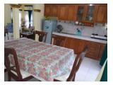 Meja makan dan dapur