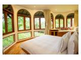Kamar tidur dengan pemandangan kolam renang dan taman yang indah