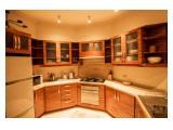 Dapur yang dilengkapi dengan microwave, kulkas, dan kompor